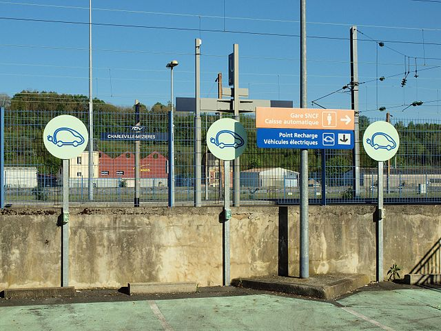 bornes de recharge sur le parking de la gare de Charleville-Mézières, image CC-BY-SA François GOGLINS
