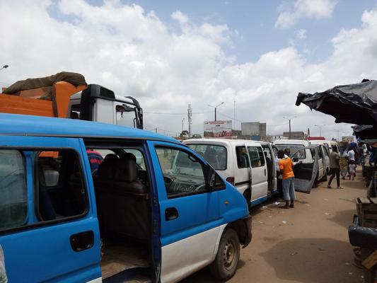 Les gbakas, ces minibus assurant un service de transport intercommunal informel dans le territoire du Grand Abidjan